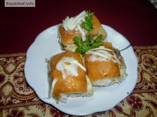 The famous Indian fast food snack Kachchi Dabeli