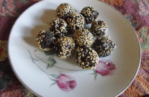 Chocolate Sesame Ladoos for Maaker Sankranti